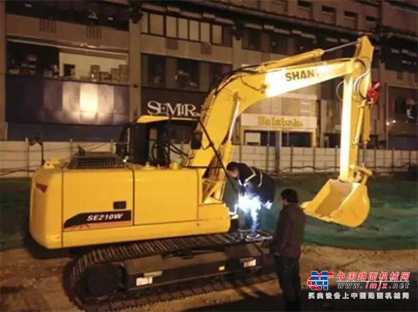 深夜中的一盏明灯——西安地铁工地上的山推挖掘机