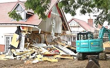 英工人因被拖欠工資 開挖掘機損毀5座房屋泄憤