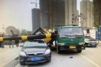 """""""背着""""挖掘机还强过限高杆,挖掘机掉下砸中路边车"""