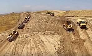 大型工程机械兵团作战,快速移走一座山!