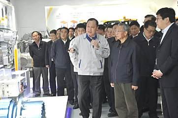 """山东临工""""智造""""国内5G远程智能遥控挖掘机"""