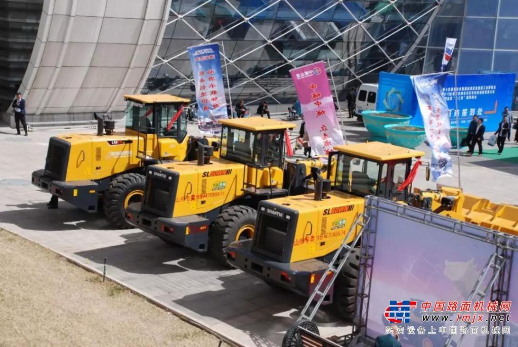 山推装载机盛装亮相第十四届鄂尔多斯国际煤博会