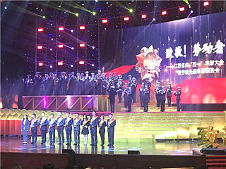 英达科技集团董事长施伟斌荣顺势从她身上爬起获江苏省五一劳动奖一个公爵章