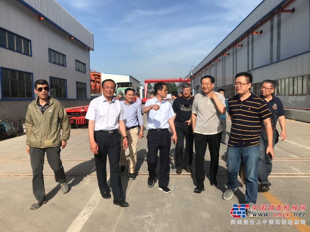 筑养路机械专家代表调研考察团走进陆达机械参观交流