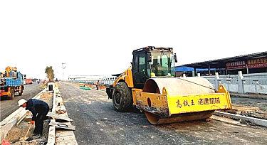 国机重工压路�w机助力洛阳重点工程建设