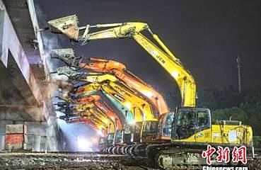 再现中�w国速度 2个半小时,50台挖掘机截ξ断京沪高速
