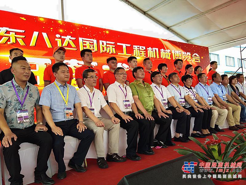 大衣哥助阵 第三届八达国际工程机械博览会在山东齐河隆重开幕