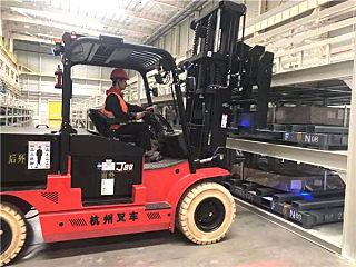 杭叉大吨位电动叉车陆续成功交付某汽车集团全国各基地