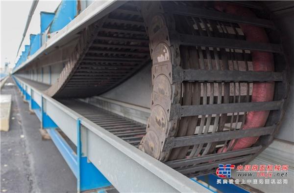 创纪录应用已可靠持续运行10年 世界最长工程塑料拖链的十年纪录保持者由igus打造,行程长度为615米