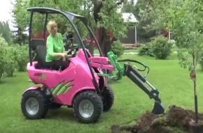 小姐姐开着自制微挖挖树坑