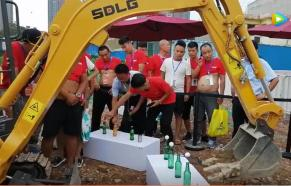 山东临工微挖运输乒乓球起瓶盖表演