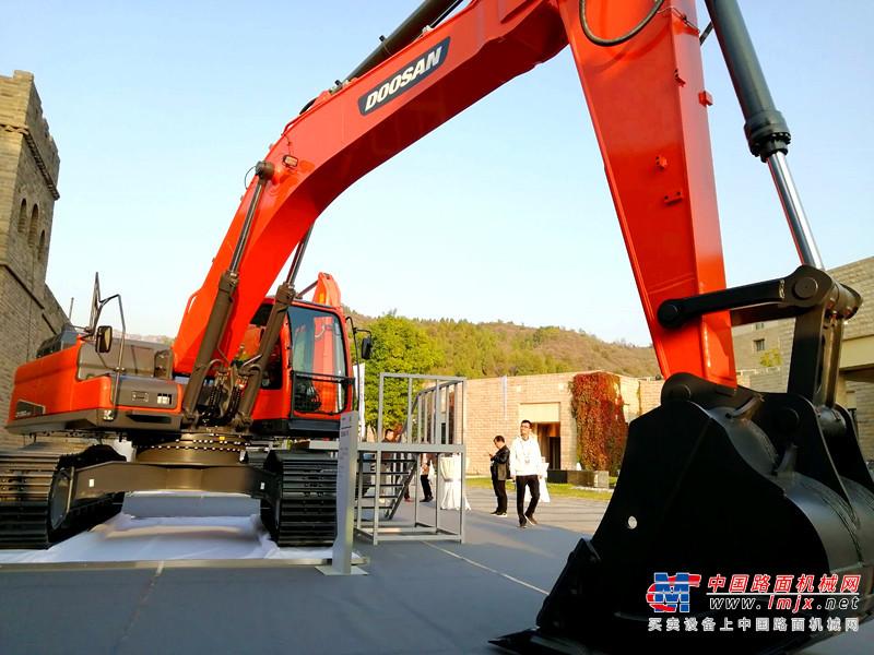 """交机20台DX450LC-9C挖掘机 斗山9C系列新品""""三剑客""""荣耀发布"""