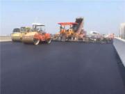 济青高速小许家高架桥南幅19.25米超大宽度2.5厘米厚沥青沙找平层摊铺运行顺畅
