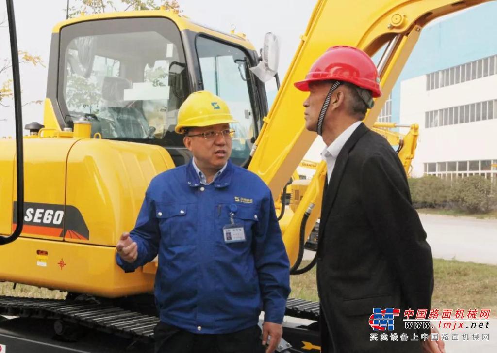 中国工程机械工业协会会长祁俊、挖掘机械分会常务副会长兼秘书长李洪宝分参观考察山重建机