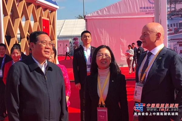 """上海市委书记李强参观进博会普茨迈斯特展台,祝企业""""取得更大成功"""""""