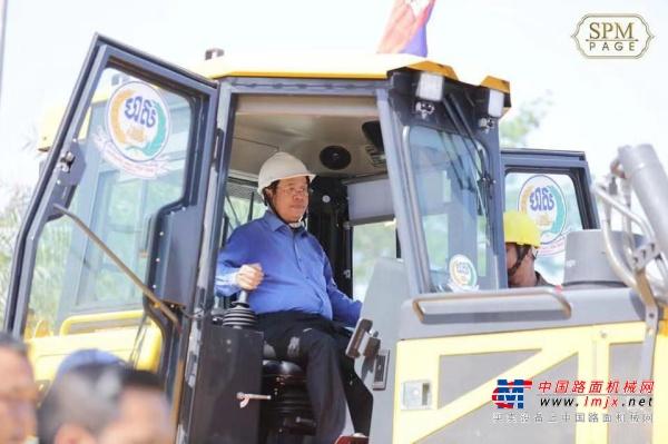 柬埔寨首相洪森试驾山推推土机