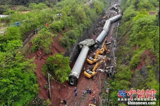 火车脱轨起火!三一挖掘机生死救援