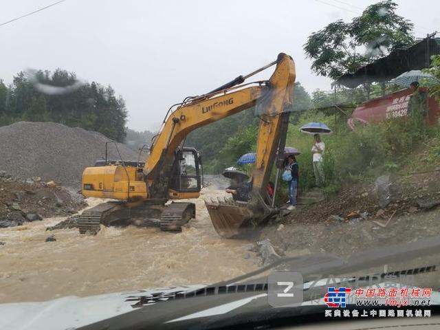 30名学生中考路被洪水阻断 警察巧用挖机铲斗将他们送至对岸