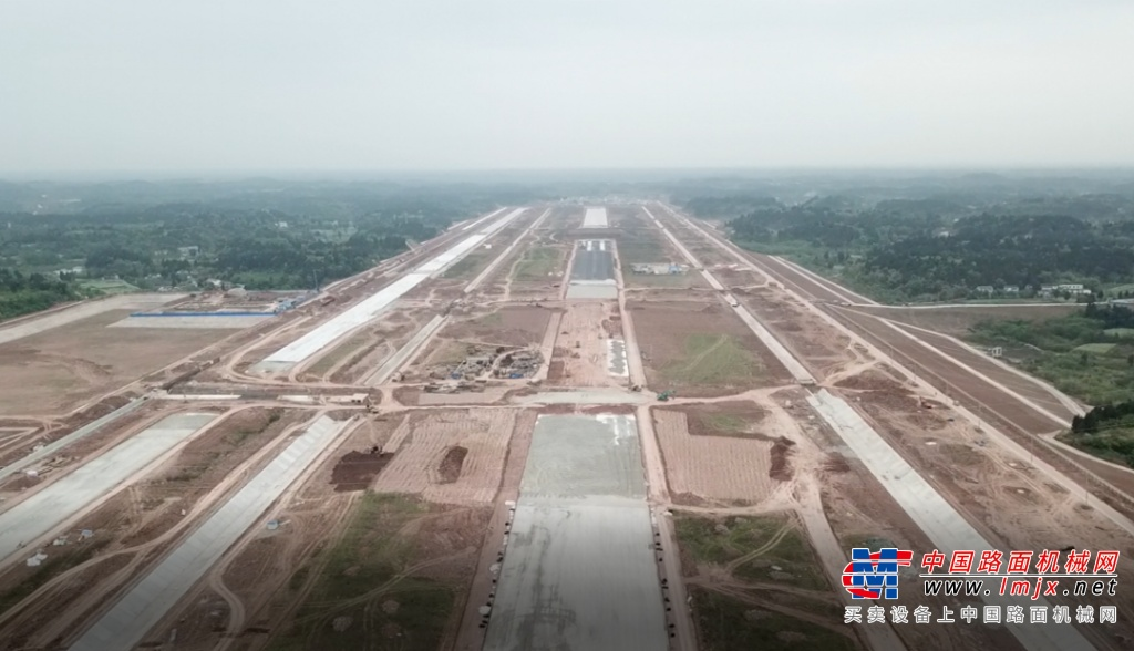 成都天府机场成功应用拓普康3D毫米GPS摊铺控制系统