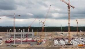 建设特斯拉工厂,各种工程机械都在忙碌