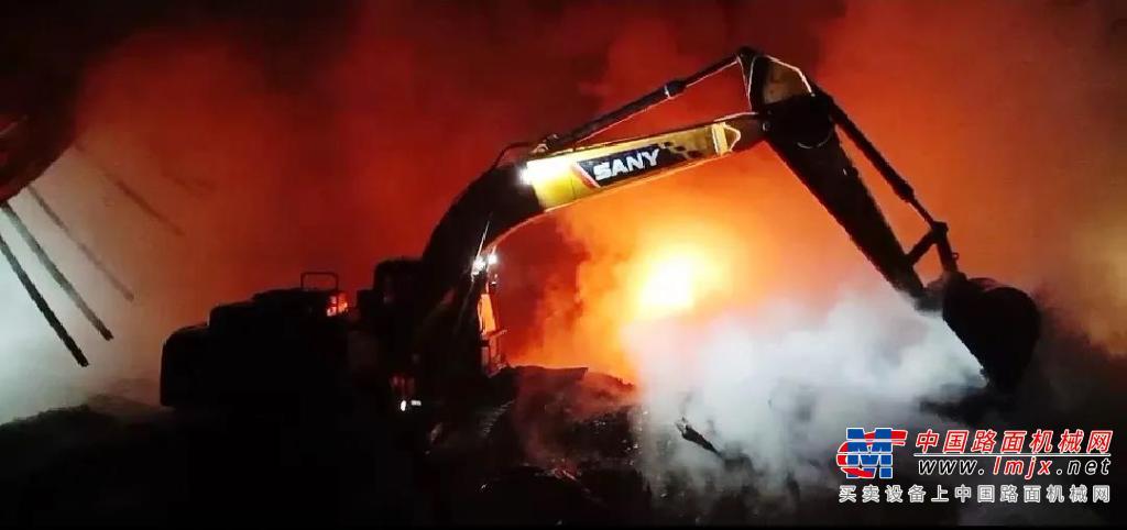 """橡胶厂突发火灾!三一挖掘机""""穿越火线""""急排险"""