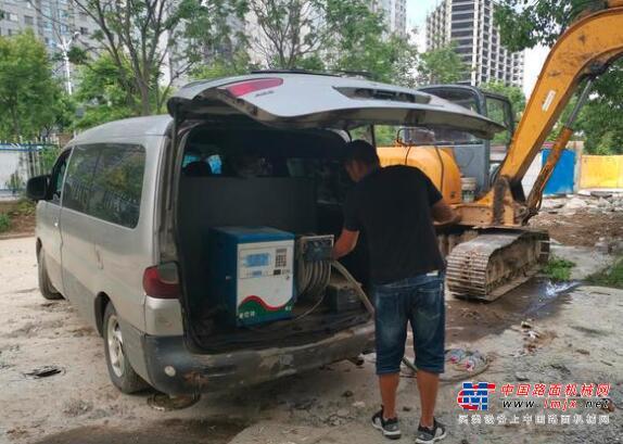 面包车变身加油车给挖掘机加油,被民警抓个正着