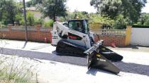 西班牙客户用山猫沥青摊铺机附件代替人工铺设沥青