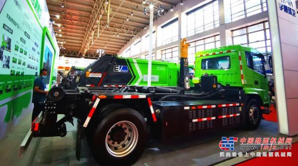 新车亮相!宇通环卫W18纯电动车厢可卸式垃圾车让垃圾转运更轻松