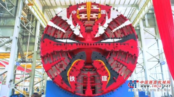 """高度超5层楼 中国研制最大直径盾构机""""京华号""""长沙下线"""