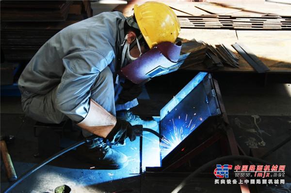 铁拓巾帼展风采,焊花绽放显英姿
