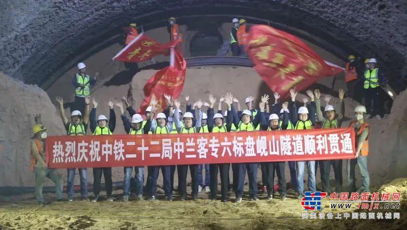 新建中兰客专铁路最长黄土隧道顺利贯通