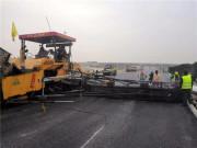 中大机械:抗离析摊铺机在京台高速四标一分部进行沥青上面层摊铺