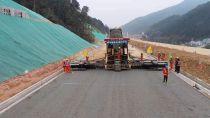 中大机械:功在基层,利在面层!Power KDT2000抗离析摊铺机级配摊铺在大庆至广州高速公路南康至龙南段扩容工程开展