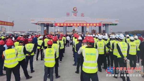 天顺长城摊铺机参建的荔玉高速正式通车运营
