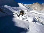 山推装载机助力西藏阿里公路积雪清理