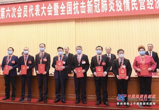 """比亚迪王传福获评""""抗疫民营经济先进个人""""并作为优秀企业家代表上台领奖"""