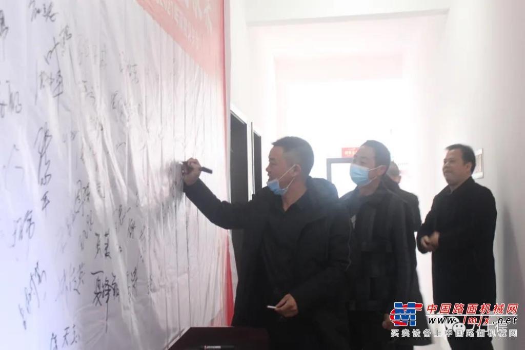 热烈祝贺江西龙溪弘义公司 力士德挖掘机新春促销会成功召开