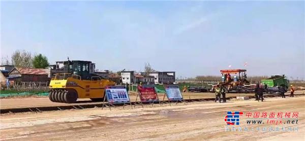 中大机械:销售抗离析摊铺机Power KDT2360在G327改建工程东段进行水稳基层摊铺