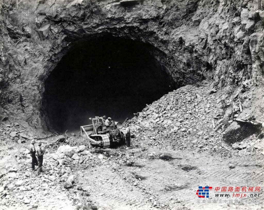 卡特彼勒首款柴油推土机今年90岁啦!