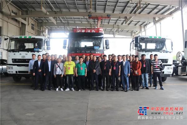 40余名经销商代表走进汉马科技集团参观考察