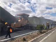 内蒙古大查高速公路二标采用中大抗离析摊铺机进行沥青中面层摊铺