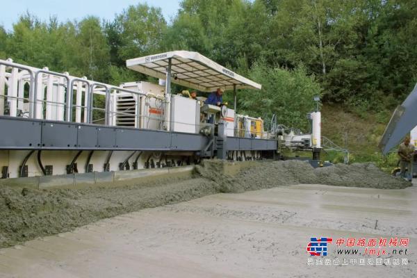 """技術控   維特根新型 SP 154i 滑模攤鋪機""""濕對濕""""雙層混凝土攤鋪技術"""
