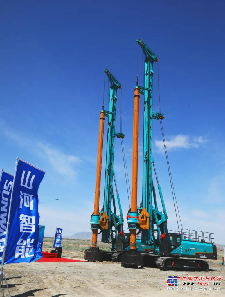 山河智能产品交付中国能建葛洲坝集团,助力建设大美新疆