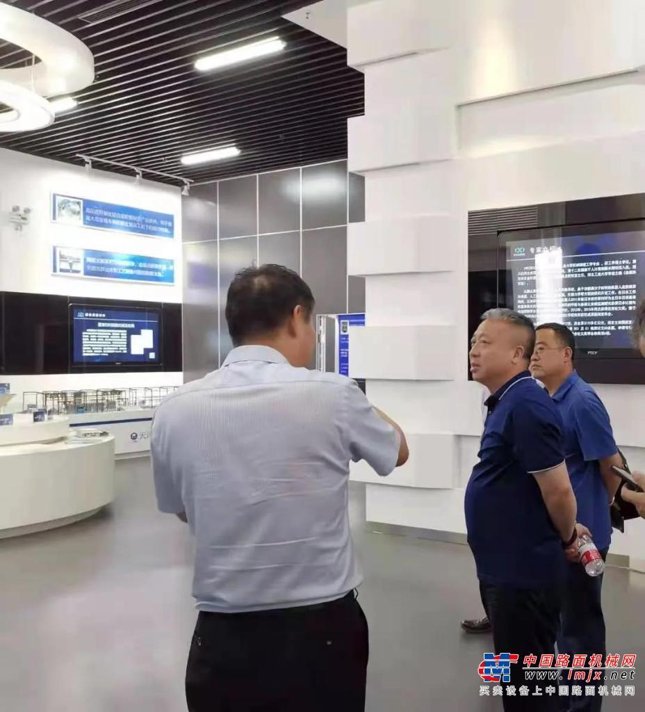 河北宣工總經理梁國欣到河北工業大學對接交流