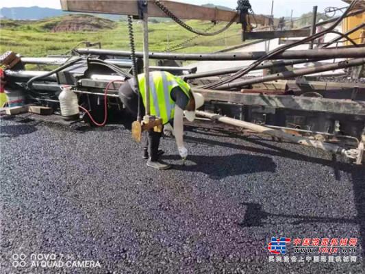 大广高速南康至龙南段扩容工程BP2标采用中大Power KDT1900变形金刚沥青碎石摊铺
