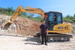 十年前凑钱买挖机受挫,如今62岁的他靠啥年入百万?