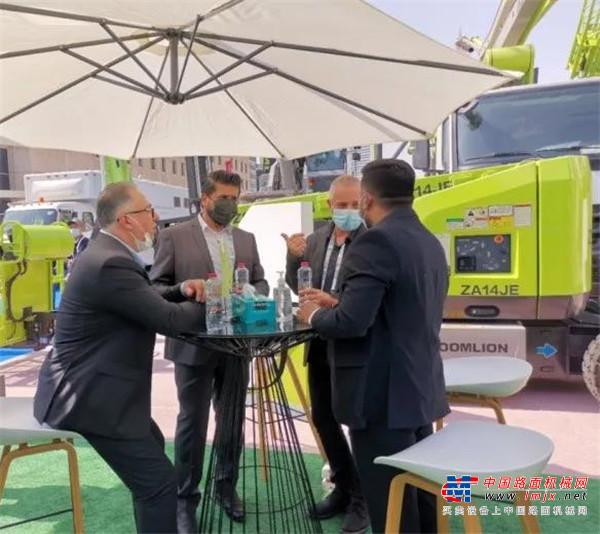 高德包装机械产品资讯首日签约2000万元,中联重科ZE360E明星挖掘机闪耀迪拜BIG5展