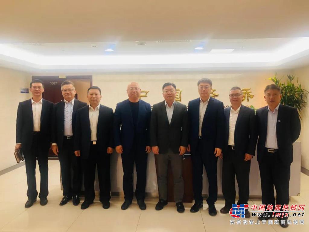 小松(中国)张全旺总经理兼CEO一行访问中国路桥工程有限责任公司