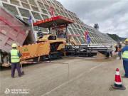 贵州路桥集团购买的中大智能抗离析摊铺机在云南宁永高速2标段进行水稳垫层摊铺