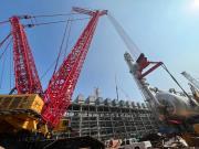 三一重工:红色巨无霸SCC40000A即将完成790吨脱异丁烷塔吊装就位
